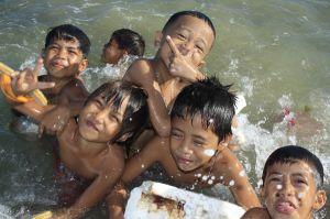 chicos felices